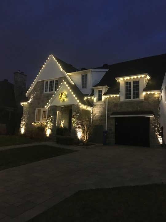 Installation de lumières de Noël sur la maison