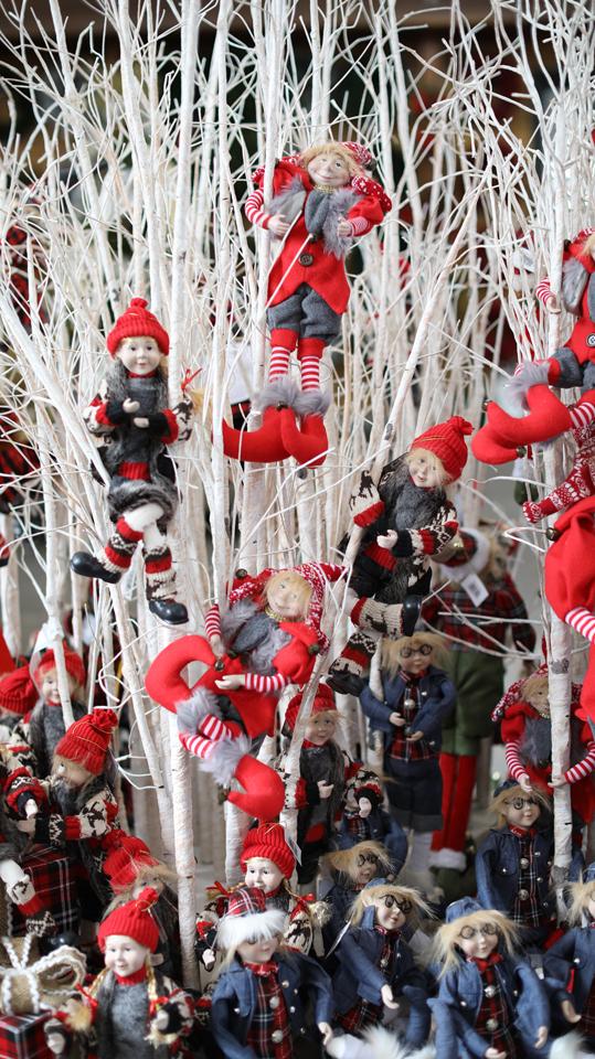 Lutins de Noël dans un arbre