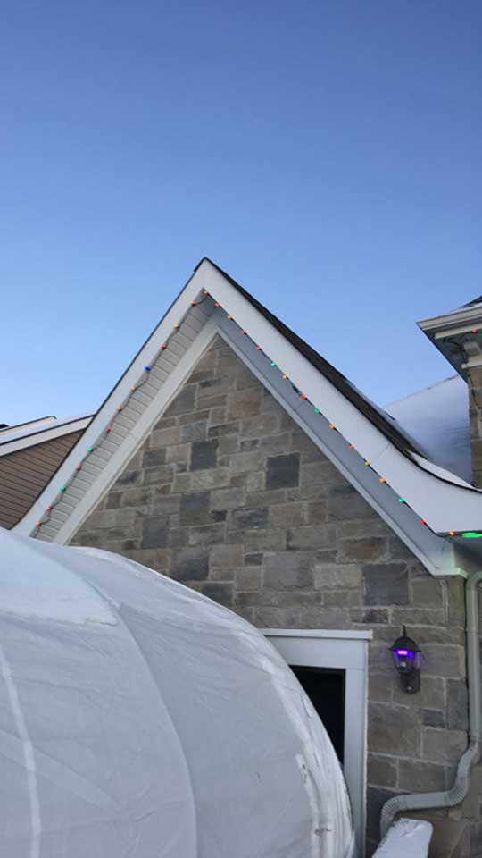 Installation de lumières de Noël en hauteur